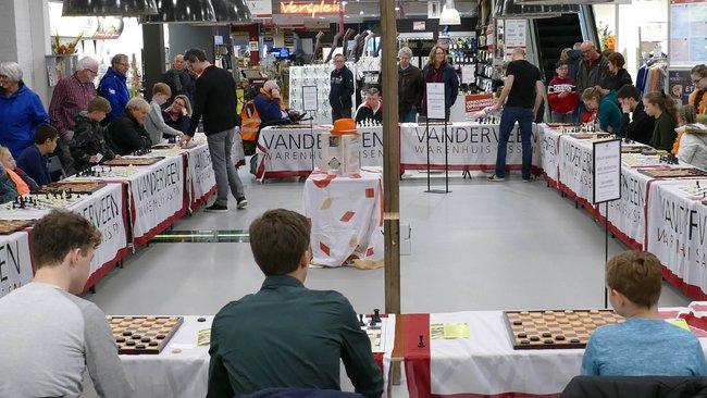 ad143f6a9c2 Niet in de speelzaal bij Van der Valk, maar in en bij het Warenhuis  Vanderveen in het centrum van Assen.