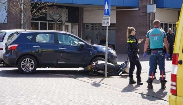 Scooterrijder en auto botsen in centrum van Assen (video)